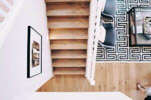 decorar el descansillo de una escalera con estilo