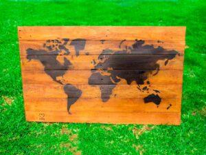 mapa de madera reciclada de ecólovy muebles auxiliares