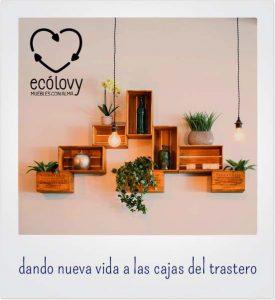 estanterías de cajas y objetos hechos con material reciclado