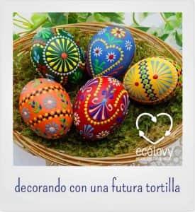 objetos hechos con material reciclado y huevos
