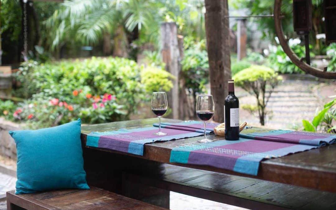 descubre la decoración de jardines con madera reciclada